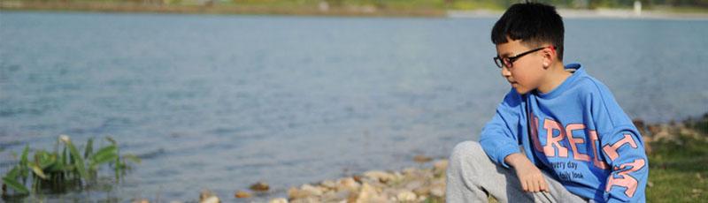 假装在旅游,Yo哥走秀湖。